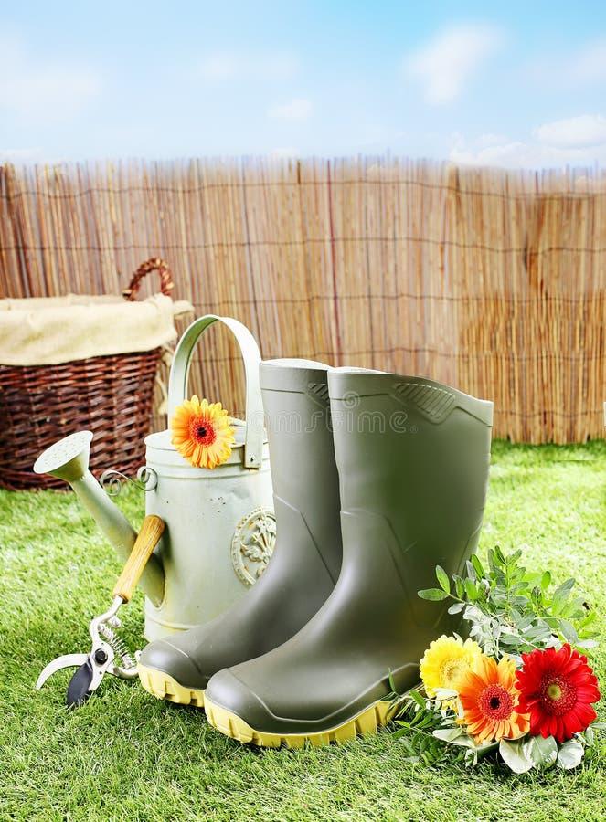 Ogrodniczki wyposażenie na zielonym gazonie i narzędzia zdjęcie royalty free