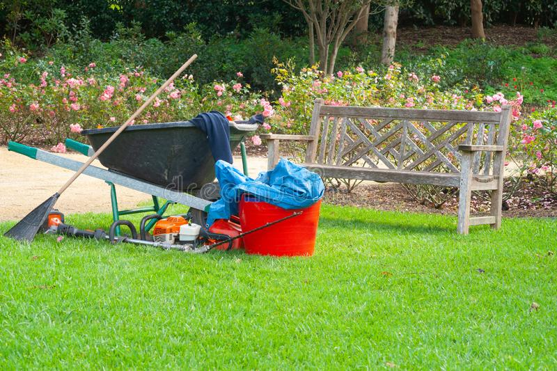 Ogrodniczki wyposażenie opuszczać na gazonie zdjęcia royalty free