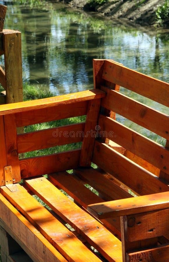Ogrodowa ławka dla siedzieć robić od starych drewnianych barłogów fotografia stock