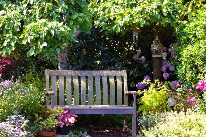 Ogrodowa ławka w wiosna kwiacie obrazy royalty free