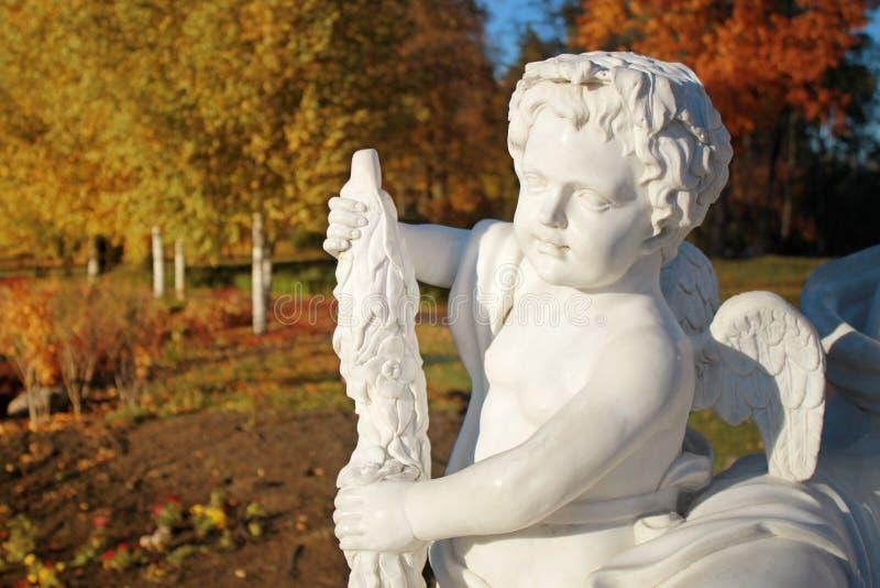 Ogrodowa marmurowa statua anioł zdjęcia royalty free