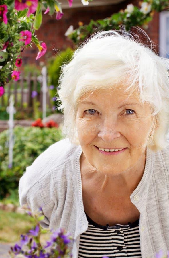 ogrodowa starsza kobieta obrazy stock