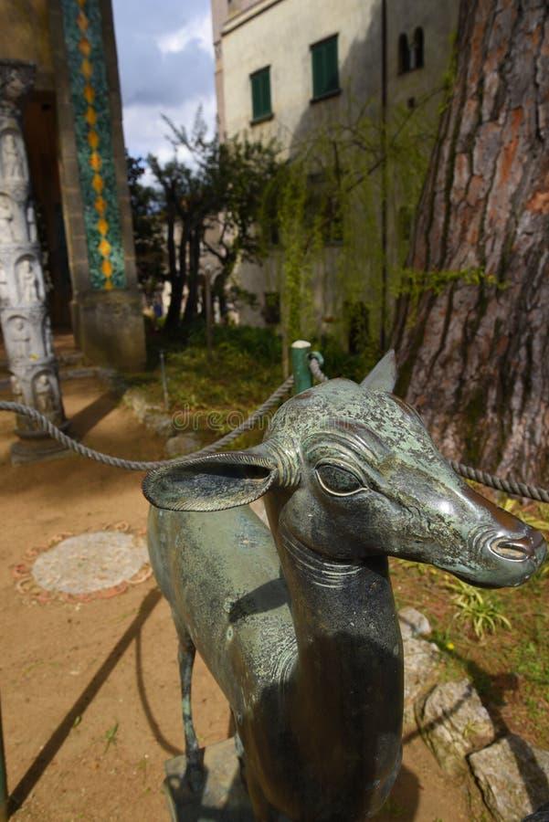 Ogrodowa statua rogacz w Historycznym miasteczku Ravello w górach w Południowym Włochy obrazy stock