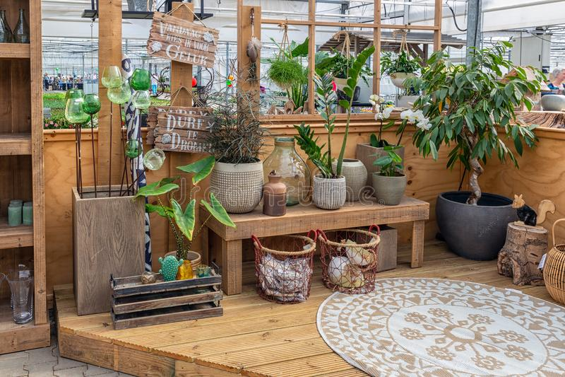 Ogrodowe sklepowe sprzedawanie rośliny, akcesoria i lubią kwiatów garnki fotografia stock