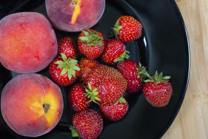 Ogrodowe truskawki i brzoskwinie obraz royalty free
