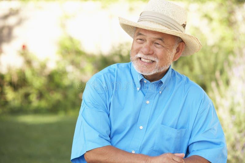 ogrodowego mężczyzna relaksujący senior fotografia stock