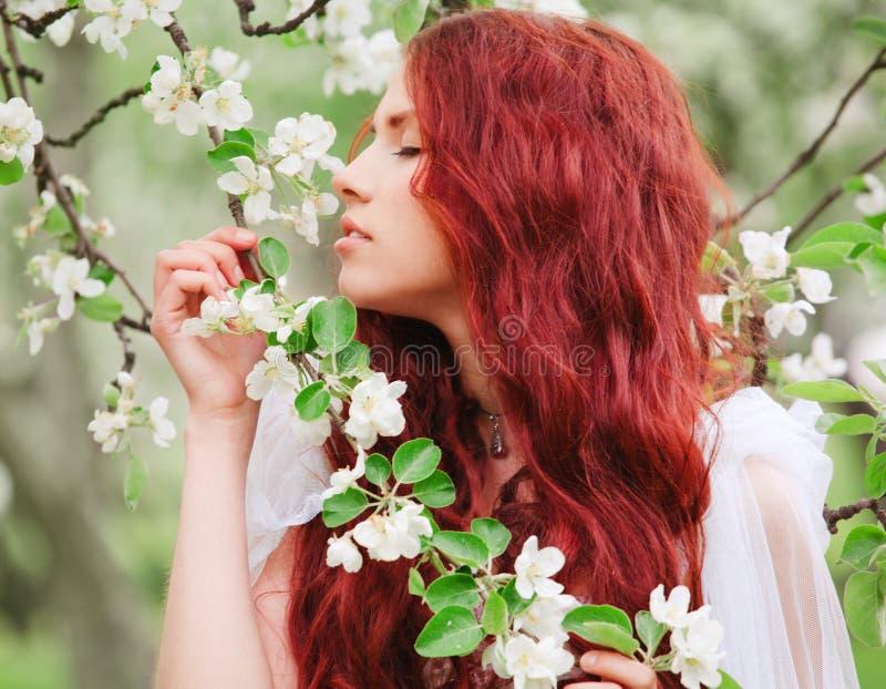 ogrodowej dziewczyny ładni potomstwa zdjęcie stock