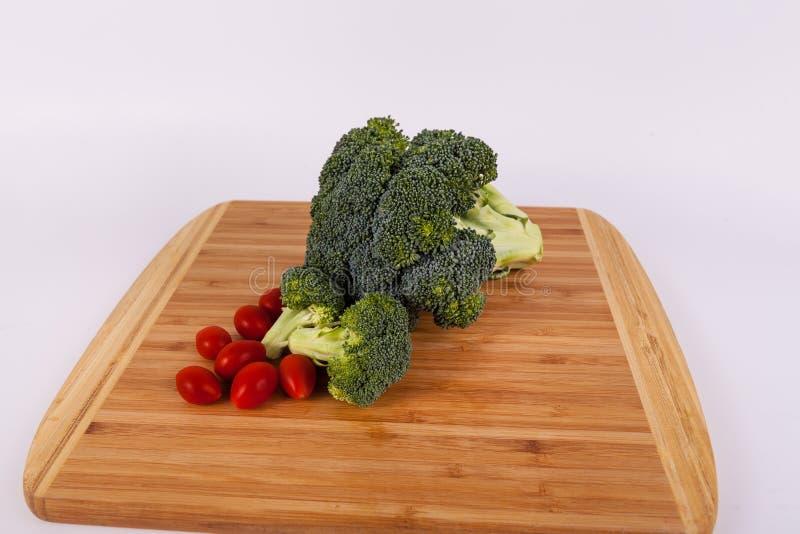 Ogrodowi świezi brokuły i czereśniowi pomidory zdjęcie royalty free