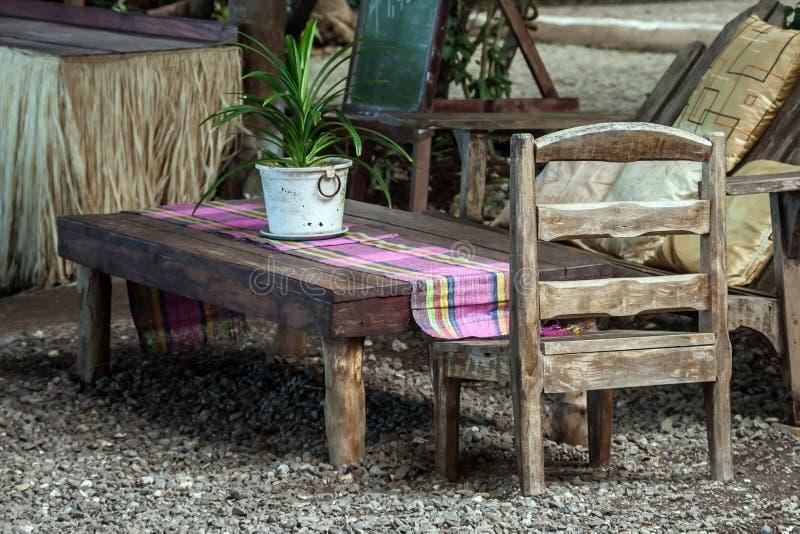 Ogrodowy łomotanie stół zdjęcie royalty free