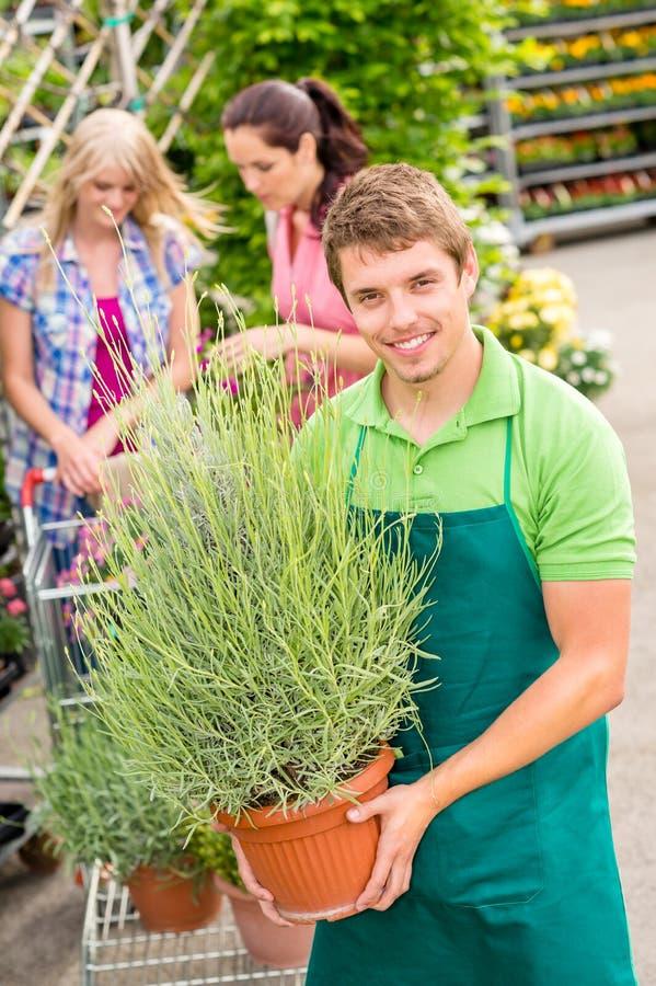 Ogrodowy centre pracownika chwyt puszkująca roślina obraz royalty free