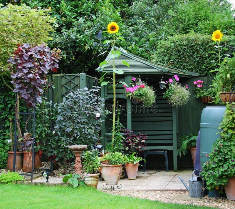 Ogrodowy Gazebo, flowerpots i słoneczniki, obrazy stock