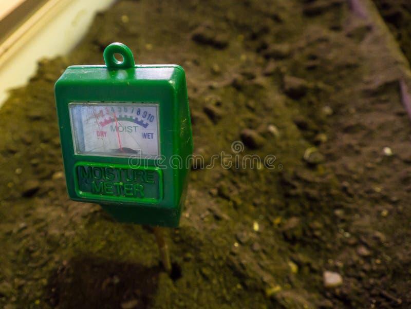 Ogrodowy glebowy wilgotnościowy metr unika nawadniać twój rośliny bardziej lub mniej Robi twój uprawia ziemię i uprawia ogródek r zdjęcia stock