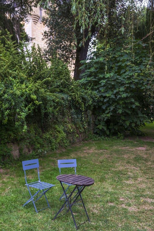 Ogrodowy szczegół z dwa krzesłami jeden stół w wsi fotografia stock