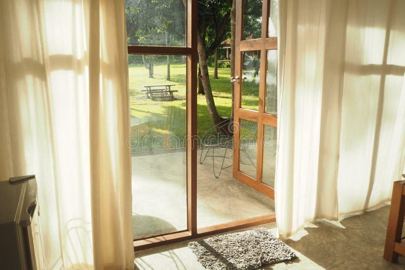 Ogrodowy widok przez drzwi obraz royalty free