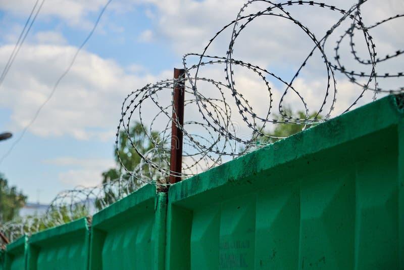 Ogrodzenie betonowe drutem kolczastym. Ogrodzenie, ochrona i kontrola dostÄ™pu do terytorium obrazy royalty free