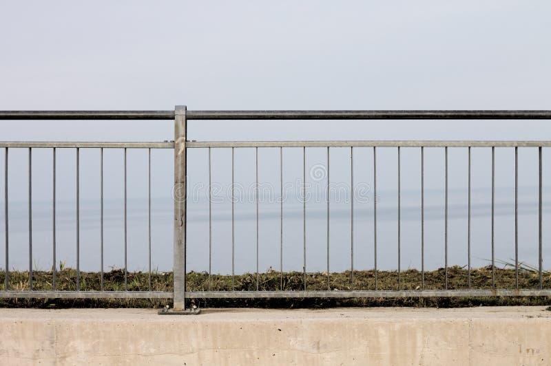 Ogrodzenie - Stalowy poręcz nad morzem obrazy stock