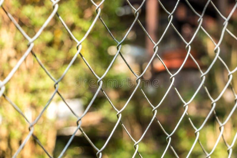 Ogrodzenie wokoło zielonego ogródu obrazy stock