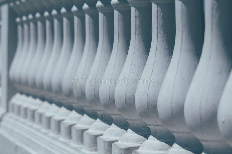 Ogrodzenie z białymi kolumnami balustrada fotografia stock