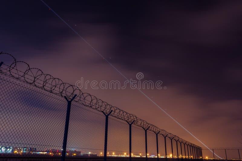 Ogrodzenie z drutem kolczastym teren zamknięty i zaczynać samolot, obraz stock
