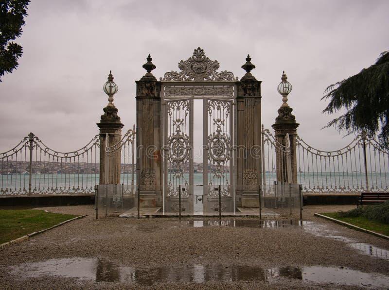 Ogrodzenie z wysokimi kolumnami i brama w pałac uprawiamy ogródek obrazy stock