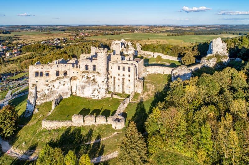 Ogrodzieniec, Polonia Ruinas del castillo medieval imagenes de archivo