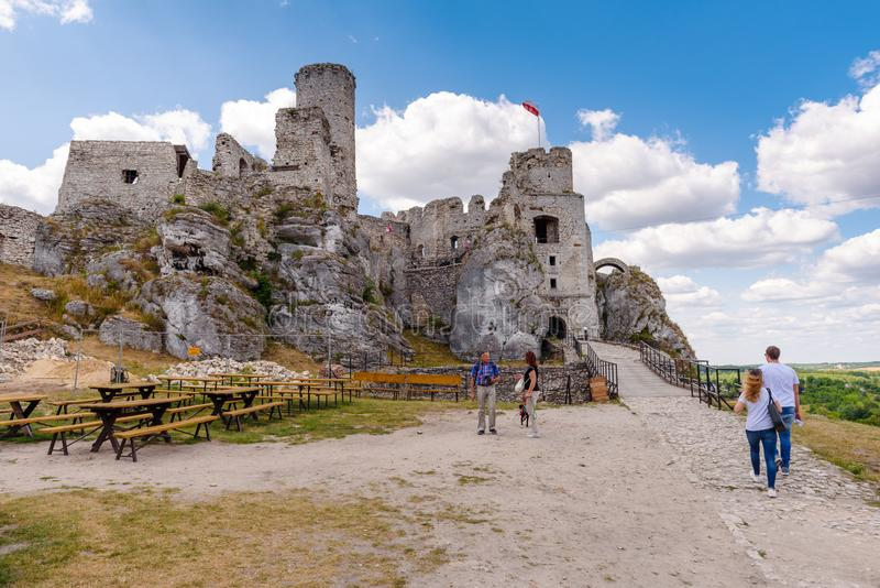 Ogrodzieniec slott i den polska Jurassic höglandet, Silesia region av Polen arkivbilder