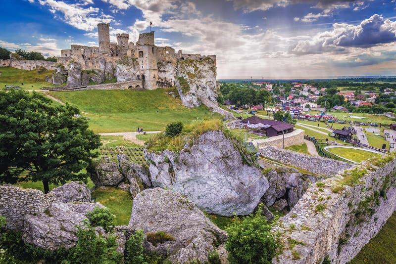 Ogrodzieniec slott i Polen arkivfoton