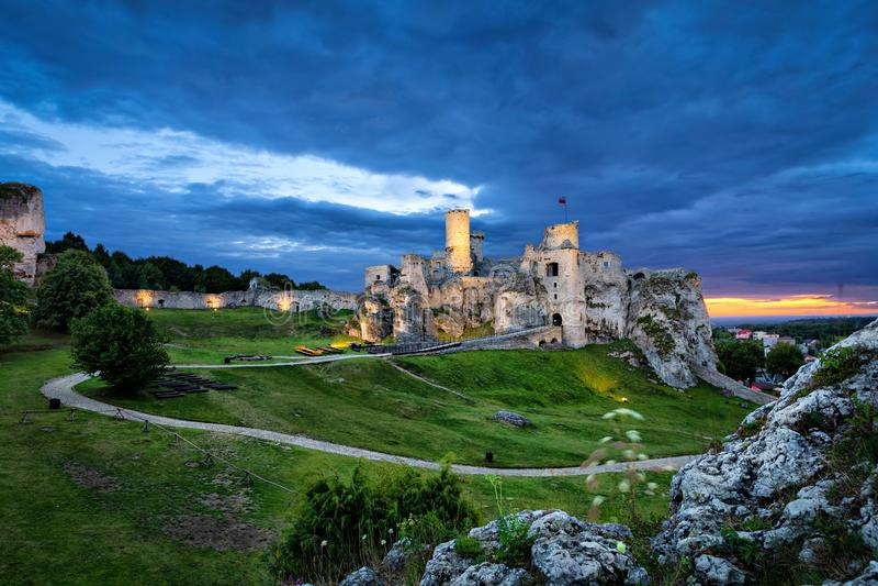 Ogrodzienieckasteel - geruïneerd middeleeuws kasteel in Pools Reg. van het Juragebergte stock foto's