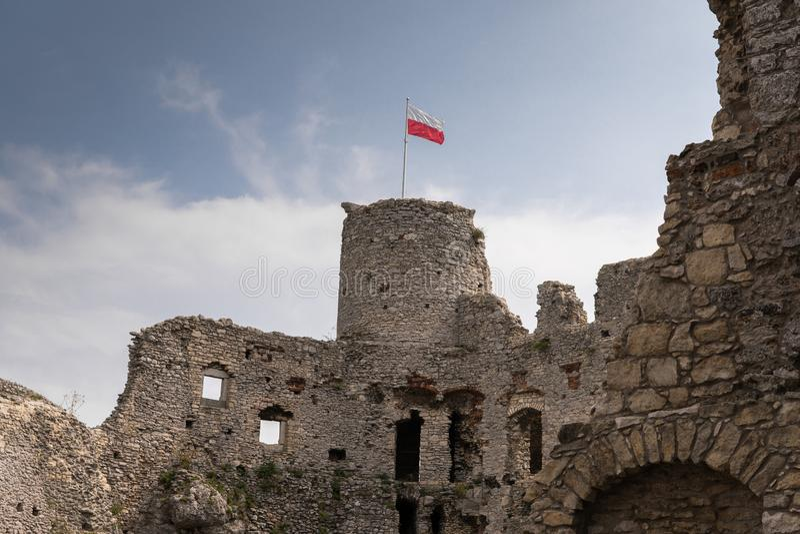 Ogrodzienieckasteel met nationale vlag van Polen royalty-vrije stock afbeelding