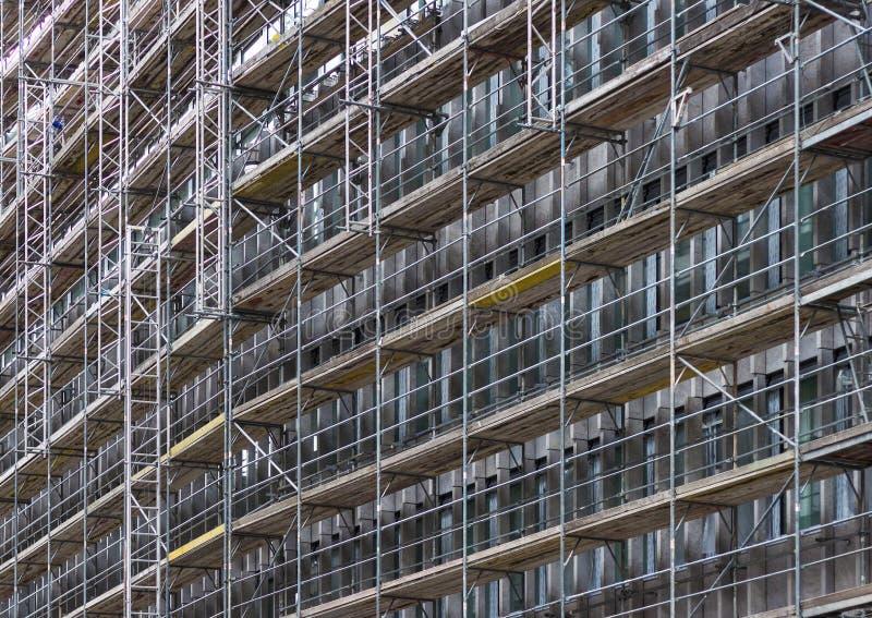 Ogromna budynek fasada z rusztowaniem, budowa fotografia royalty free
