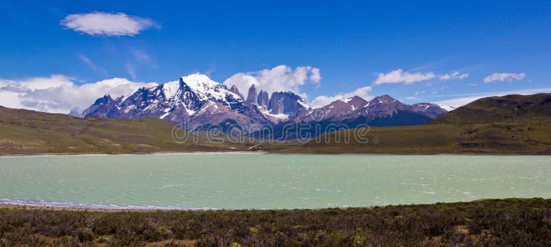 Ogromna dolina i jasnego wodny jezioro w południowym America krajobrazie obraz stock