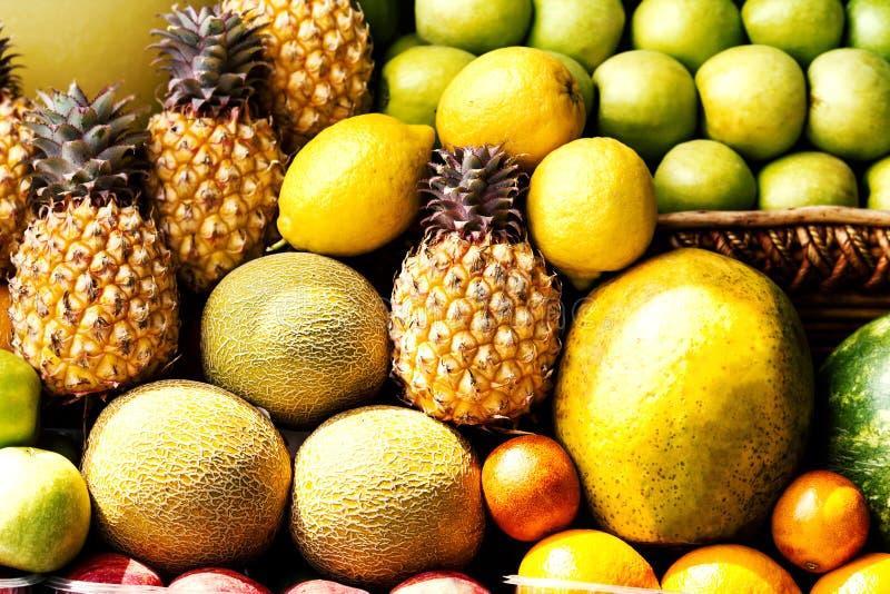Ogromna grupa kolorowe świeże owoc może używać jako karmowy tło zdjęcia stock