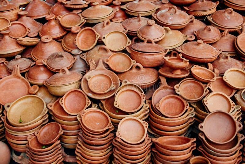 Ogromna liczba garncarstwo sprzedawał w ulicach Maroko Gliniane śliwki zdjęcie royalty free