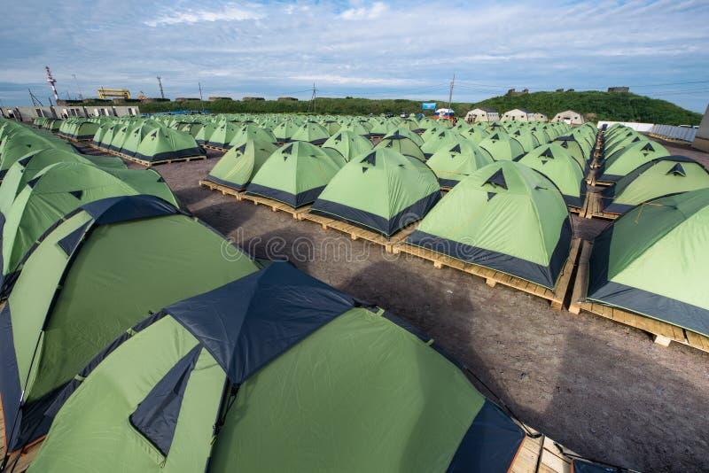Ogromna liczba namioty na piaskowatej plaży, prążkowany up w a ściśle fotografia royalty free