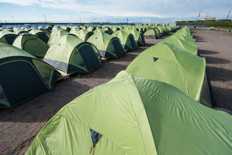 Ogromna liczba namioty na piaskowatej plaży, prążkowany up w a ściśle obrazy stock