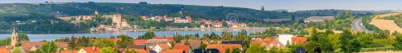 Ogromna panorama słodki jezioro z otaczającymi wioskami obrazy stock