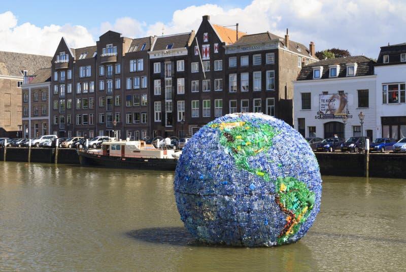 Ogromna plastikowa kula ziemska zwany Świat Śmiecący obraz royalty free
