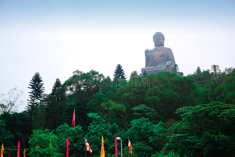 Ogromna Tian dębnika Buddha statua przy wysoką górą blisko Po Lin monasteru, Lantau wyspa, Hong Kong zdjęcia stock