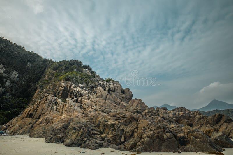 Ogromne kamień skały drzewa, falezy góry i fotografia stock
