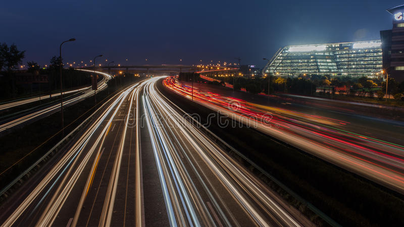 Ogromne miasto nocy drogowa scena, nocy tęczy samochodowy światło wlec obraz stock