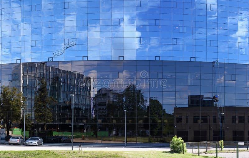 Ogromne szklane ściany nowożytny budynek biurowy z BREE fotografia royalty free