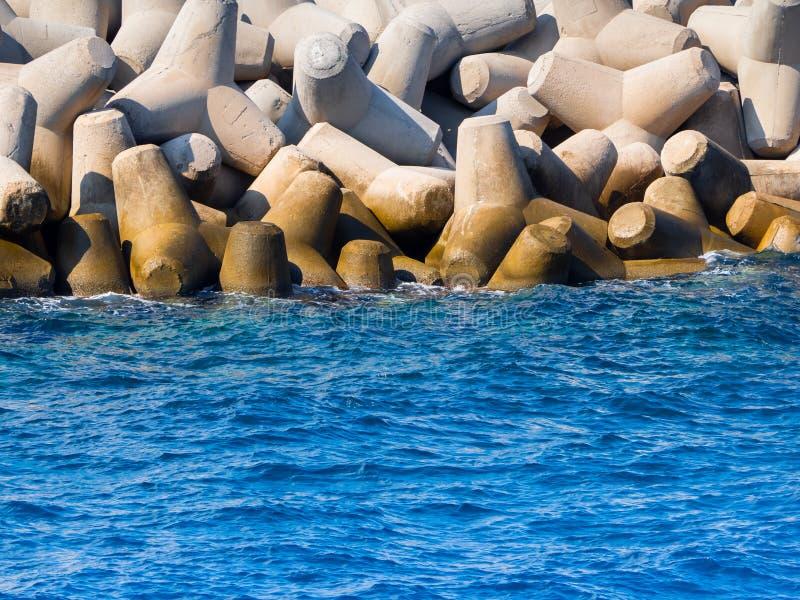 Ogromni betonowi tetrapods zbliżają marina na Crete, Grecja zdjęcie stock