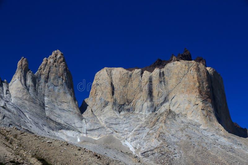 Ogromni granitowi szczyty przy trasa W chodzą w Torres Del Paine parku narodowym fotografia royalty free