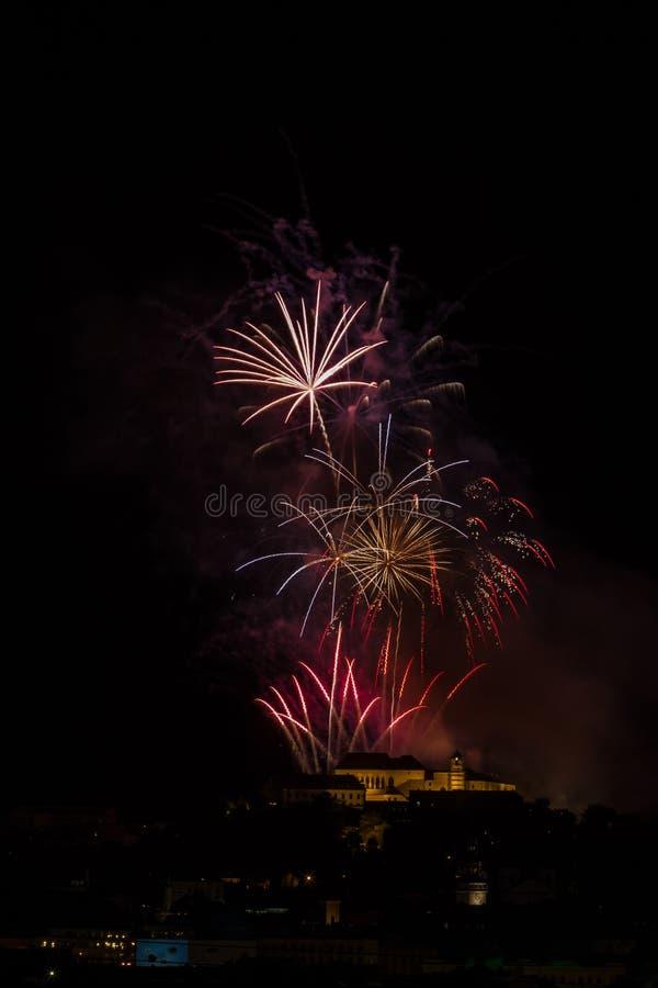 Ogromni i bogaci fajerwerki nad Brno Roszują Spilberk, republika czech zdjęcie stock
