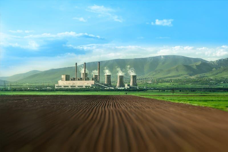 Ogromni kominy termiczna elektrownia na polu zdjęcia royalty free