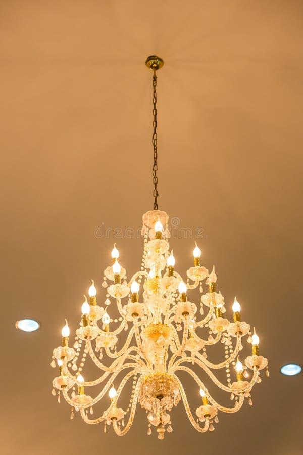 Ogromni krystalicznego szk?a ?wieczniki wiesza na sala balowa tanu w ?lubnej ceremonii dacie, dekoruj?cej wiktoria?ski stylem zdjęcia royalty free