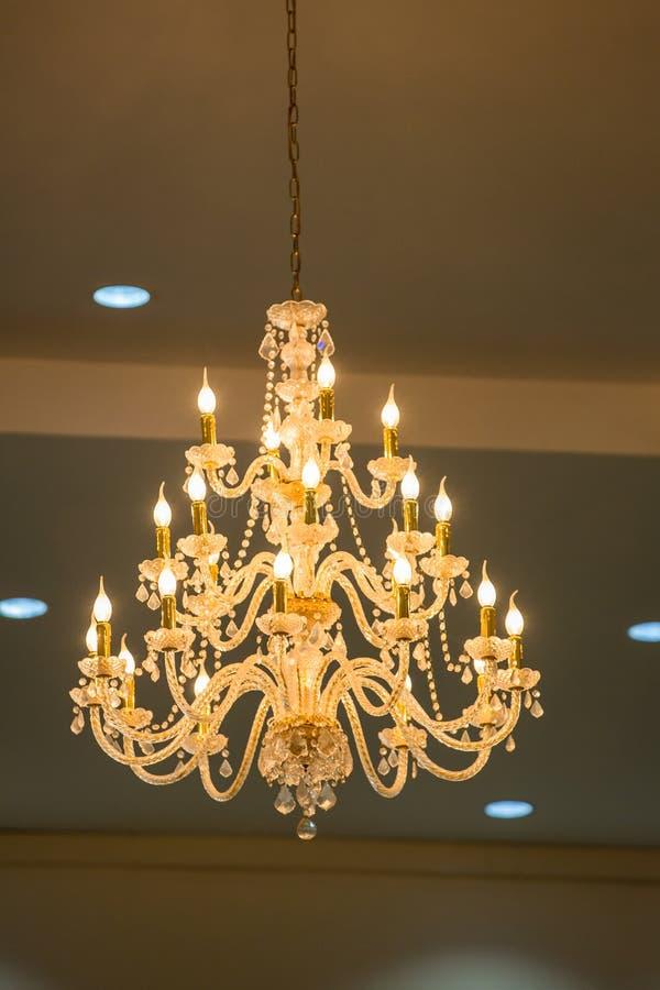 Ogromni krystalicznego szk?a ?wieczniki wiesza na sala balowa tanu w ?lubnej ceremonii dacie, dekoruj?cej wiktoria?ski stylem obraz royalty free