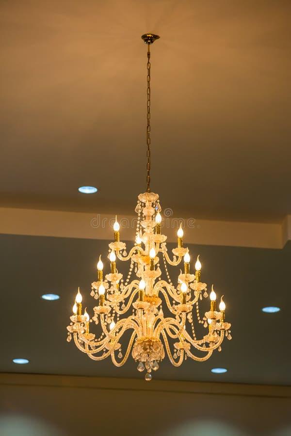 Ogromni krystalicznego szk?a ?wieczniki wiesza na sala balowa tanu w ?lubnej ceremonii dacie, dekoruj?cej wiktoria?ski stylem zdjęcie royalty free