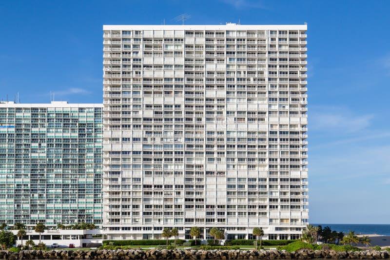 Ogromni Nabrzeżni mieszkania własnościowe Pod niebieskimi niebami obrazy stock