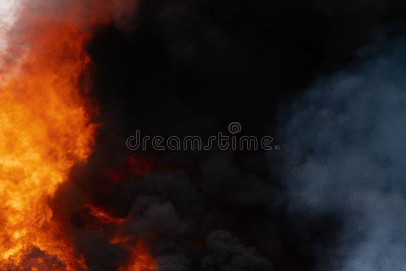 Ogromni płomienie czerwony ogień, ruch plamy zmroku dym chmury zakrywali niebo fotografia royalty free